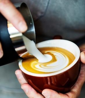 Nahaufnahme von barista lattekunst machend