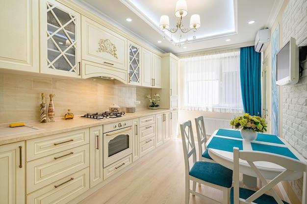 Nahaufnahme von beige, weiß und cyan zeitgenössische klassische küche inrerior im provenzalischen stil entworfen, alle möbel mit offenen türen und schubladen