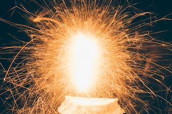 Nahaufnahme von belichteten Feuerwerken während des Festivals