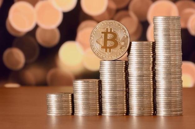 Nahaufnahme von bitcoin digitalen währungs- und münzengeldstapeln