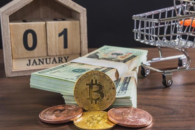 Nahaufnahme von bitcoin und banknoten auf dem tisch