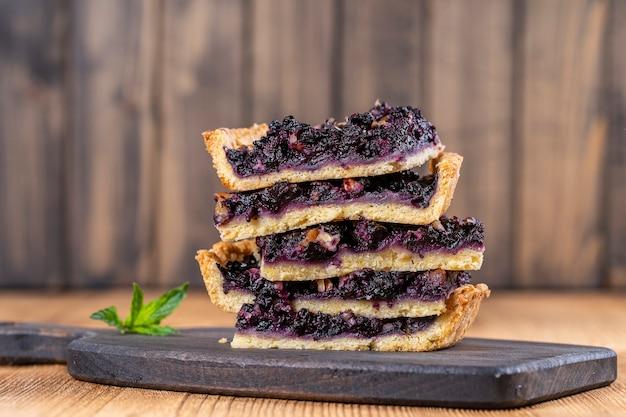 Nahaufnahme von blaubeerkuchenstücken, hausgemachtes bio-dessert. blaubeertorte mit walnuss.