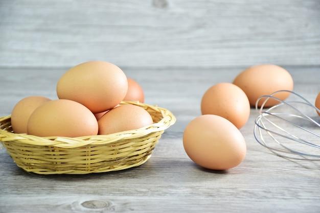 Nahaufnahme von braunen hühnereien / hühnereiern in einem hölzernen korb mit reishay und -eiern