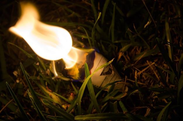 Nahaufnahme von brennenden papier flugzeug-modell
