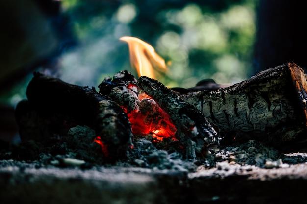 Nahaufnahme von brennenden protokollen in innenräumen