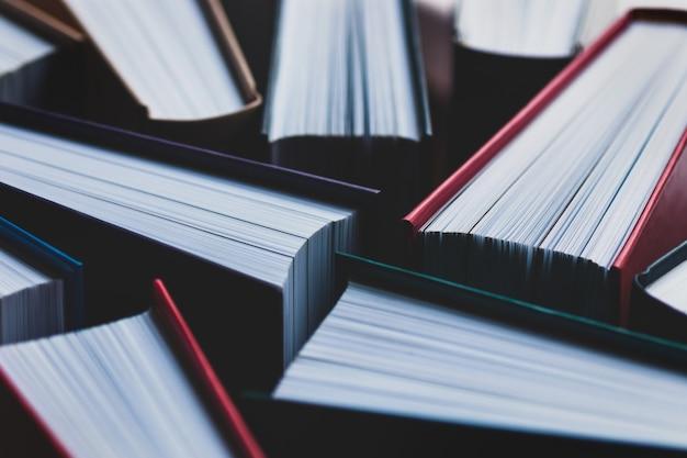 Nahaufnahme von büchern in hardcovers als hintergrund