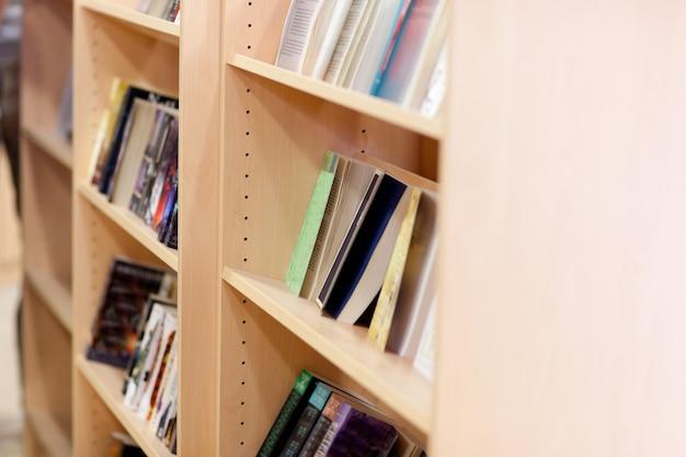 Nahaufnahme von bücherregalen in einer bibliothek an der universität