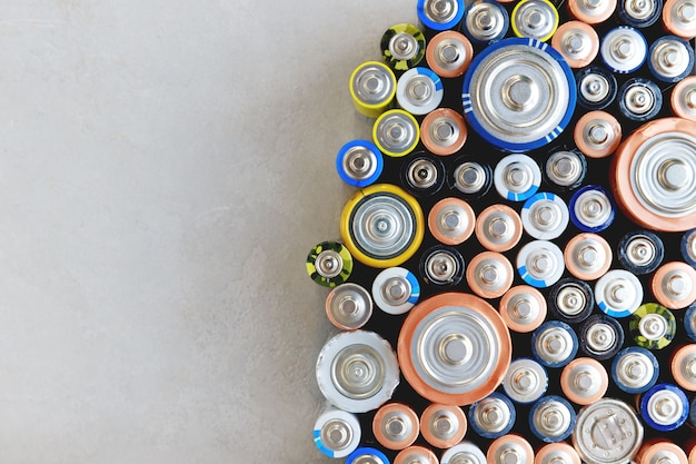 Nahaufnahme von bunt entladenen batterien verschiedener größen, formate, draufsicht