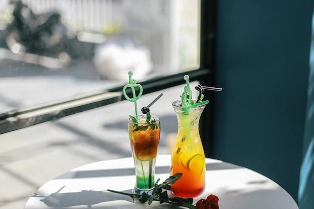 Nahaufnahme von bunten cocktails auf einem weißen tisch