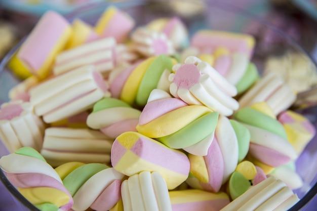 Nahaufnahme von bunten marshmallows in einer schüssel unter den lichtern