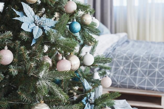 Nahaufnahme von bunten ornamenten am weihnachtsbaum