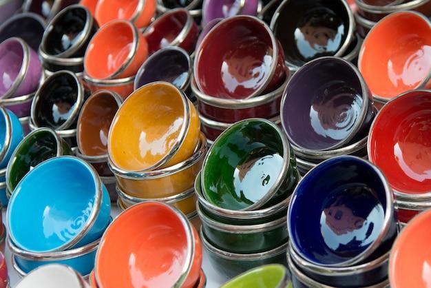 Nahaufnahme von bunten schüsseln für verkauf am markt klemmen, medina, marrakesch, marokko fest