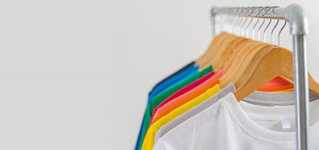 Nahaufnahme von bunten t-shirts auf kleiderbügeln