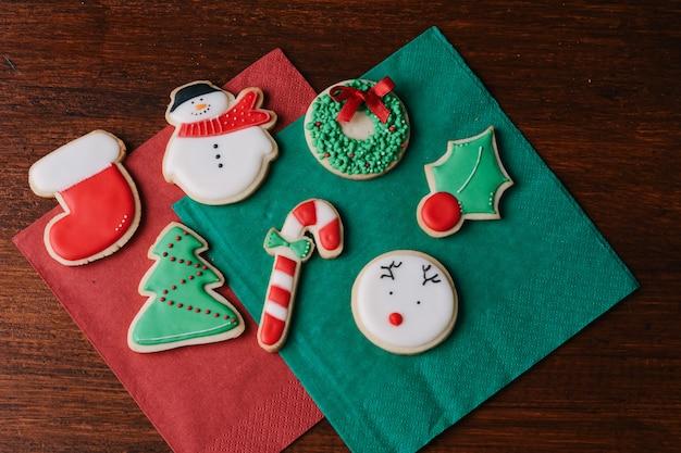 Nahaufnahme von bunten weihnachtsplätzchen
