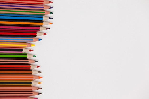 Nahaufnahme von buntstiften, die in einem wellenmuster angeordnet sind