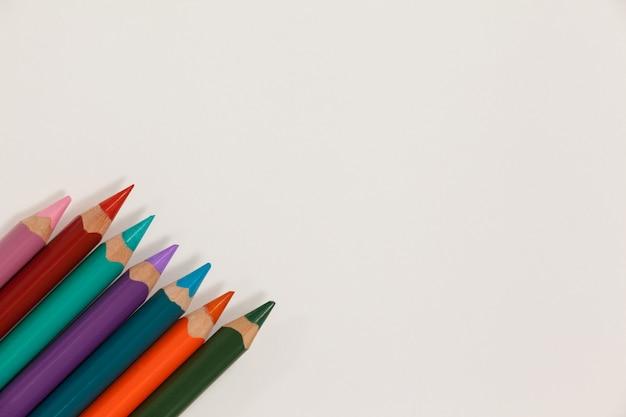 Nahaufnahme von buntstiften in einer reihe angeordnet