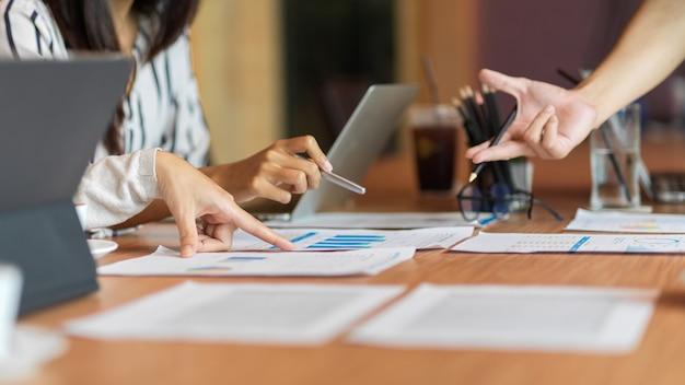 Nahaufnahme von business-team-beratung im besprechungsraum mit laptop-finanzbericht und zubehör