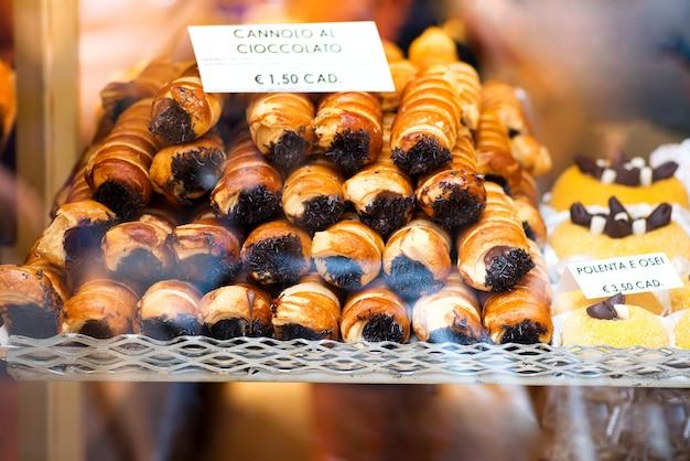 Nahaufnahme von cannoli füllte mit sahne schokolade gepeitschten füllenden nachtisch an