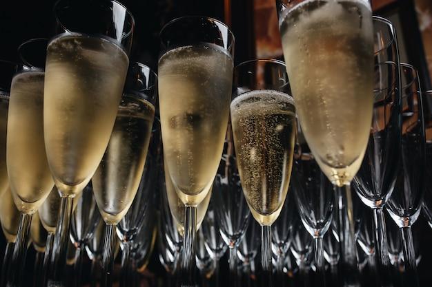 Nahaufnahme von champagner-gläsern