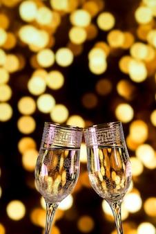Nahaufnahme von champagnergläsern auf bokeh hellem hintergrund