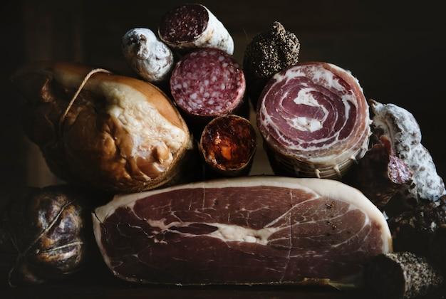 Nahaufnahme von charcuteriefleischprodukten
