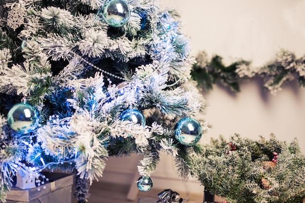 Nahaufnahme von christbaumschmuck. weihnachtsbaum