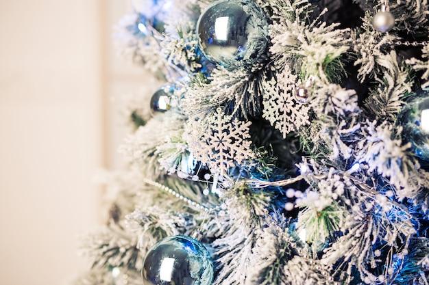 Nahaufnahme von christbaumschmuck. weihnachtsbaum Premium Fotos
