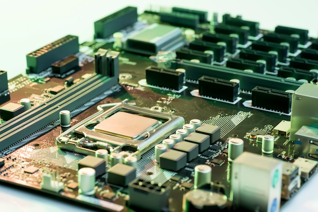 Nahaufnahme von computer-motherboard mit prozessor, speicher und pci-steckplätzen
