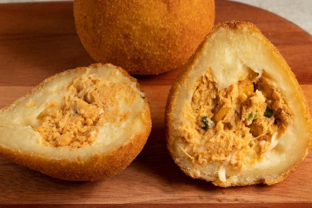 Nahaufnahme von coxinha von hühnchen. brasilianischer snack.