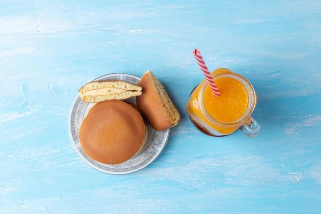 Nahaufnahme von cremigen mandel-dorayaki (japanisches pfannkuchen-sandwich)