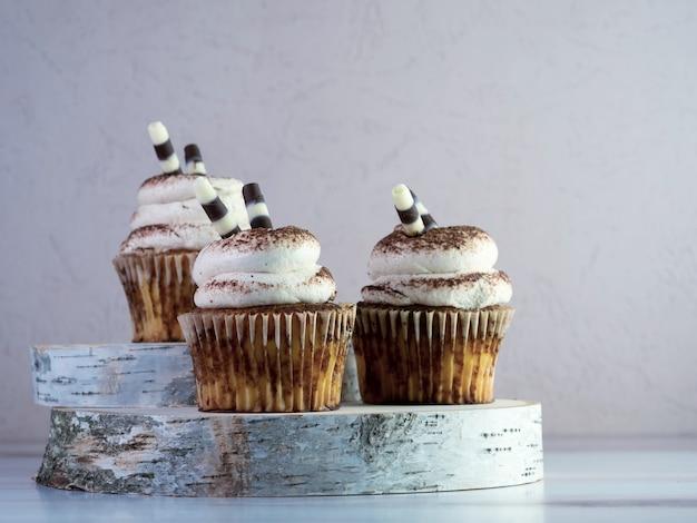 Nahaufnahme von cupcakes mit buttercremegeschmack auf dem tisch