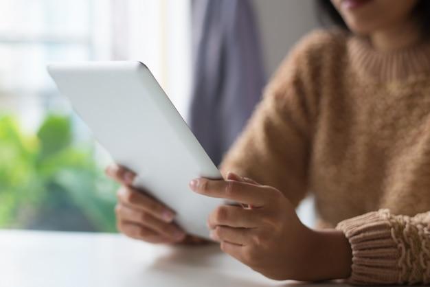 Nahaufnahme von dame, die moderne tablette verwendet