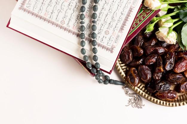 Nahaufnahme von datteln und koran