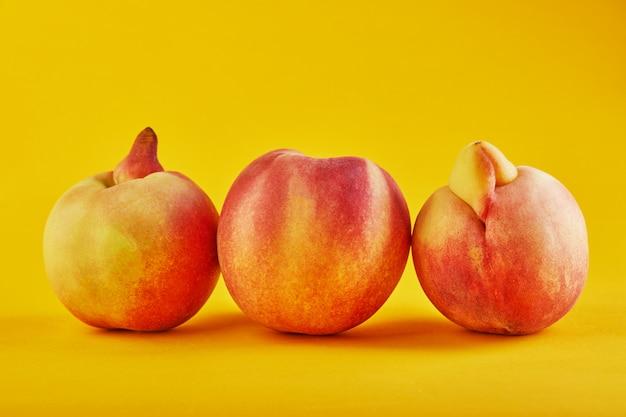 Nahaufnahme von deformierten und unvollkommenen pfirsichen