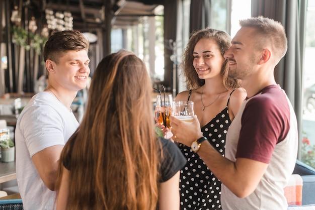 Nahaufnahme von den freunden, die getränke in der bar genießen