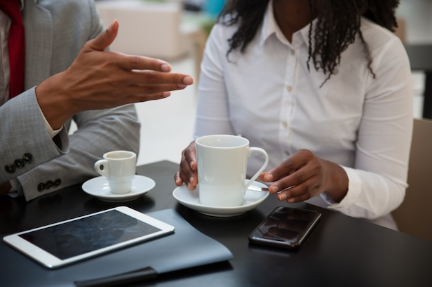 Nahaufnahme von den geschäftskollegen, die arbeitsfragen besprechen