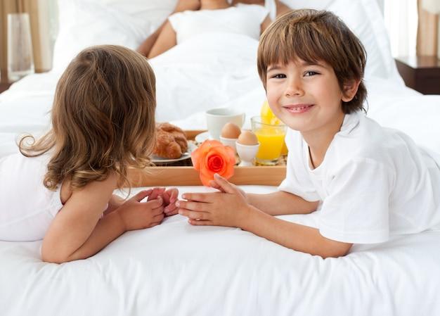 Nahaufnahme von den geschwister, die ihren eltern frühstück holen