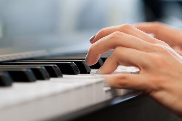 Nahaufnahme von den händen, die klavier spielen. musik- und hobbykonzept