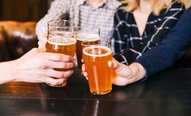 Nahaufnahme von den leuten, die am bar-restaurant zujubeln