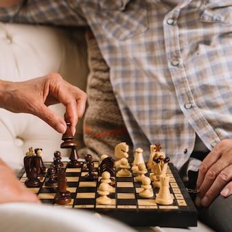Nahaufnahme von den paaren, die schach spielen