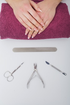 Nahaufnahme von den schönen weiblichen händen, die badekurort-maniküre am schönheits-salon haben