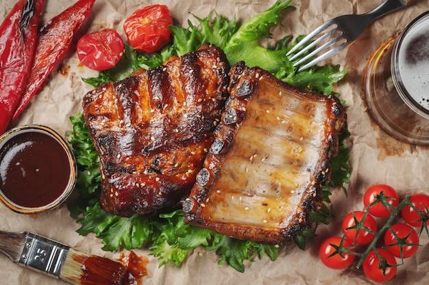 Nahaufnahme von den schweinefleischrippen gegrillt mit bbq-soße.