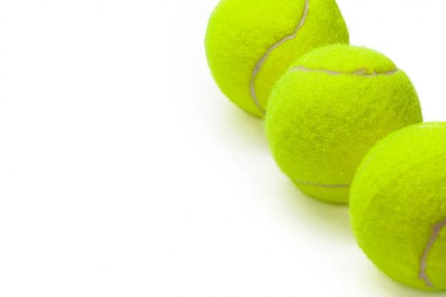 Nahaufnahme von den tennisbällen lokalisiert auf weißem hintergrund
