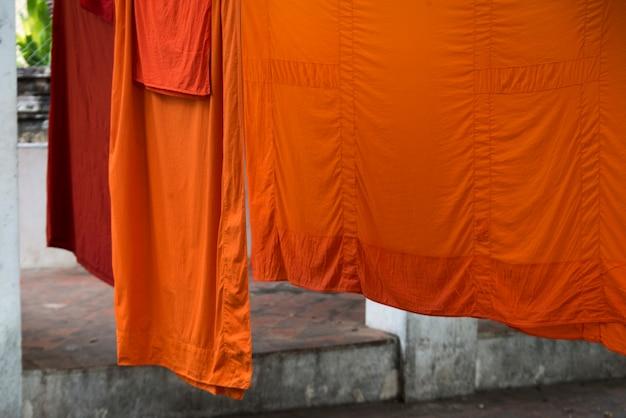 Nahaufnahme von den trocknenden orange farbroben, luang prabang, laos