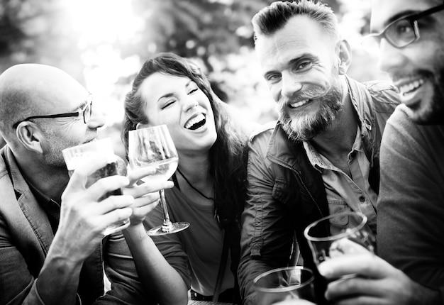 Nahaufnahme von den verschiedenen freunden, die zusammen trinken feiern