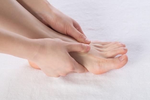Nahaufnahme von den weiblichen händen, die fußmassage tun