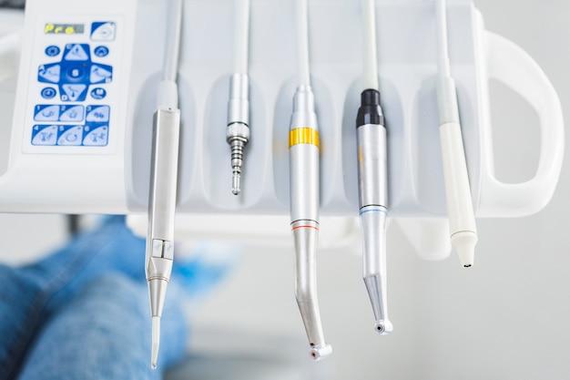 Nahaufnahme von den zahnmedizinischen werkzeugen in folge vereinbart