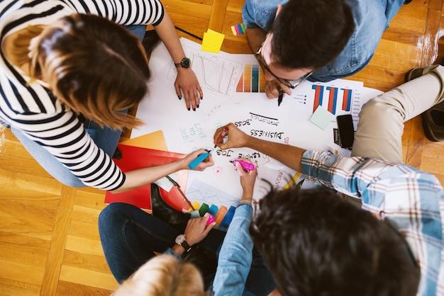 Nahaufnahme von designerhänden, die an einigen neuen ideen für ihre arbeit arbeiten.