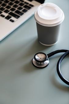 Nahaufnahme von doktor stethoskop mit kaffeepapierschale