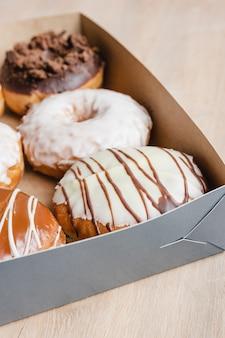 Nahaufnahme von donuts in einer box